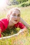 Sueño hermoso del adolescente, relajándose en la hierba para el bienestar Fotos de archivo