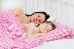 Sueño joven de la madre y de la hija Fotografía de archivo libre de regalías