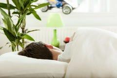Sueño joven del adolescente en su dormitorio Imágenes de archivo libres de regalías
