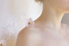 Sueño-muchacha con las flores foto de archivo