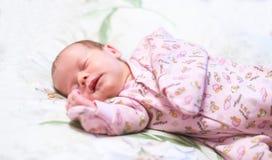 Sueño recién nacido fotos de archivo