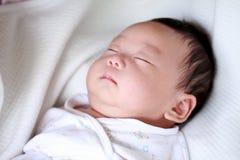 Sueño recién nacido del bebé Imágenes de archivo libres de regalías