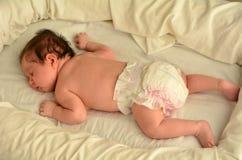 Sueño recién nacido del bebé imagen de archivo libre de regalías