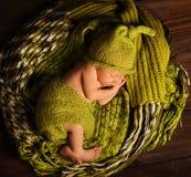 Sueño recién nacido del bebé en las lanas verdes, niño recién nacido durmiente Fotos de archivo