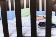 Sueño recién nacido del bebé en un pesebre imagenes de archivo