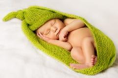 Sueño recién nacido del bebé, niño recién nacido durmiente envuelto en verde Fotografía de archivo