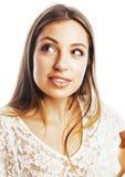 Sueño sonriente feliz de la mujer joven de la belleza aislado en los clos blancos Fotografía de archivo libre de regalías