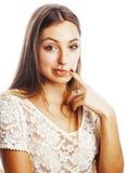 Sueño sonriente feliz de la mujer joven de la belleza aislado en los clos blancos Imagen de archivo libre de regalías