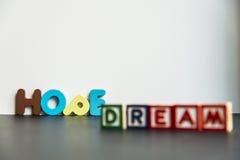 Sueño y esperanza de madera coloridos de la palabra con background2 blanco Fotos de archivo libres de regalías
