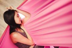 Sueño y meditación de la muchacha en la ejecución de la hamaca en la posición relajada Fotografía de archivo