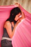 Sueño y meditación de la muchacha en la ejecución de la hamaca en la posición relajada Fotos de archivo libres de regalías