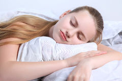 Sueños adolescentes de la muchacha que mienten en una almohada Foto de archivo