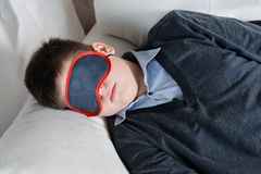 Sueños adolescentes durante el día en la máscara para el sueño Imagen de archivo libre de regalías