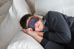 Sueños adolescentes durante el día en la máscara para el sueño Imágenes de archivo libres de regalías
