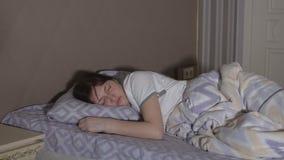 Sueños agitados Una mujer morena tiene una pesadilla almacen de video