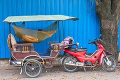 Sueños camboyanos del conductor del tuktuk Fotos de archivo libres de regalías