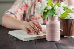 Sueños de la mujer con café y flores Fotografía de archivo libre de regalías