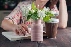 Sueños de la mujer con café y flores Fotos de archivo