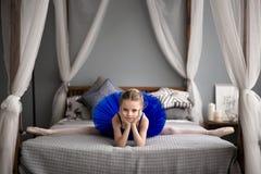sueños de la niña de hacer una bailarina Foto de archivo libre de regalías