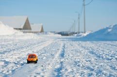 Sueños de la niñez Edificio grande para un coche de los pequeños niños fotos de archivo