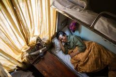 Sueños del hombre en cama vietnamita del tren del durmiente Imagenes de archivo