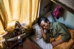 Sueños del hombre en cama vietnamita del tren del durmiente Imágenes de archivo libres de regalías