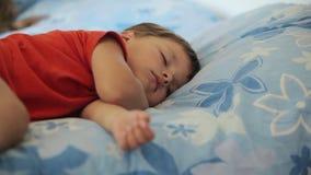 Sueños del niño pequeño almacen de metraje de vídeo