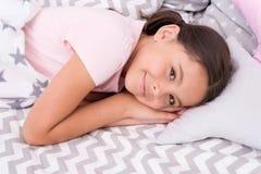 Sueños dulces Almohada de cama feliz de la endecha del niño de la muchacha y dormitorio combinado Concepto de la nana Maneras de  fotos de archivo