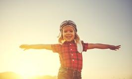Sueños felices del niño de viajar y de jugar en ope del piloto del aviador Imagen de archivo libre de regalías