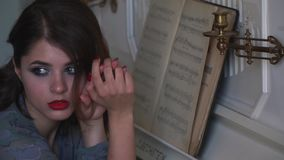 Sueños hermosos de una chica joven de la ejecución en la etapa grande almacen de video