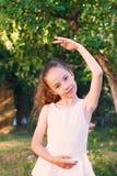 Sueños lindos de la niña de hacer una bailarina Muchacha del niño en w Imagen de archivo libre de regalías