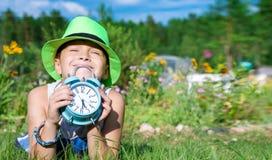 sueños Muchacho en el sombrero que pone con el despertador imagen de archivo