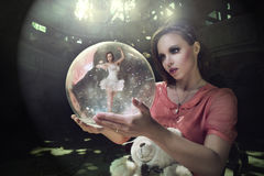Sueños pensativos de la muchacha del ballet. humo Imágenes de archivo libres de regalías
