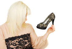 Sueños rubios jovenes de la señora sobre los zapatos de la mujer Fotos de archivo