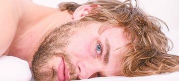 Sue?o barbudo sin afeitar de la cara del hombre relajarse o apenas despertar Extremidades simples para mejorar su sue?o Machista  fotos de archivo libres de regalías