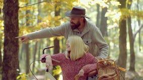 Sue?os de la ca?da del oto?o y de la hoja Mujer sensual y hombre joven en pares jovenes felices del bosque del otoño en parque en metrajes