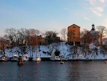 Suecia - invierno Estocolmo - los yates acerca al muelle de la ciudad en la puesta del sol del día de invierno Foto de archivo libre de regalías