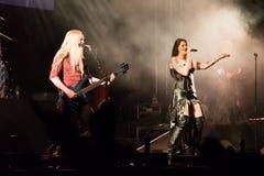 Suele Jansen y a Marco Hietala de la banda de rock finlandesa Nightwish Foto de archivo