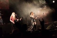 Suele Jansen y a Marco Hietala de la banda de rock finlandesa Nightwish Fotografía de archivo
