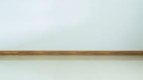 Suelo de baldosas interior, blanco del sitio vacío y pared blanca Imagen de archivo libre de regalías