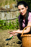 Suelo de la explotación agrícola de la mujer del granjero Foto de archivo libre de regalías