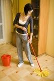 Suelo de la limpieza de la mujer Imagenes de archivo