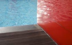 Suelo de madera al lado de la piscina Fotografía de archivo