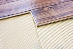 Suelo de madera instalado con pegamento fotos de archivo libres de regalías