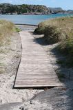 Suelo de madera que lleva a la playa fotos de archivo libres de regalías