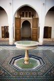 Suelo de mosaico de Morrocan y puerta de madera Foto de archivo