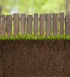 Suelo del jardín con la cerca de madera Imágenes de archivo libres de regalías