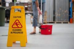 Suelo mojado de la precaución de la limpieza Foto de archivo libre de regalías