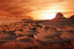 Suelo seco en el desierto Calor extremo Puesta del sol espectacular foto de archivo libre de regalías