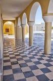 Suelo y arcos Checkered en la iglesia de Santorini Imagen de archivo